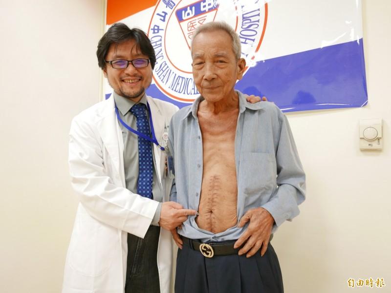 楊先生罹患大腸癌第4期且肝臟多顆轉移,經化療及標靶治療縮小切除,恢復良好。(記者蔡淑媛攝)
