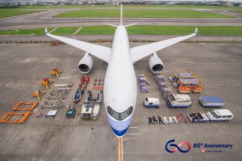 中華航空今天PO開箱文,藉此感謝守護每趟航班的地面勤務人員。(翻攝自中華航空臉書)