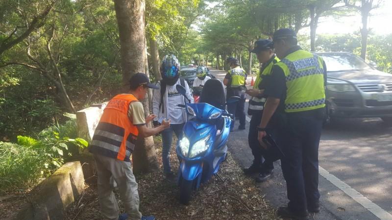 淨化139線,彰化縣警局利用21、22日兩天周末假日在139線展開大執法,攔查無照駕駛與改裝車輛。(記者湯世名翻攝)