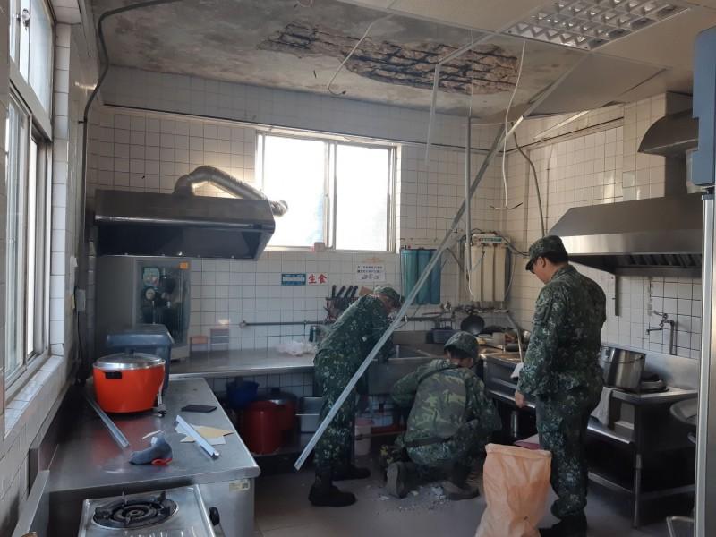 金防部二十五日實施「聯合反登陸作戰」操演,附近賢庵國小垵湖分校廚房輕鋼架組合的天花板掉落。(圖由讀者提供)