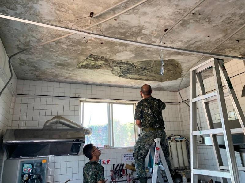金防部派出工兵前往垵湖分校廚房趕工修復。(圖由金防部提供)