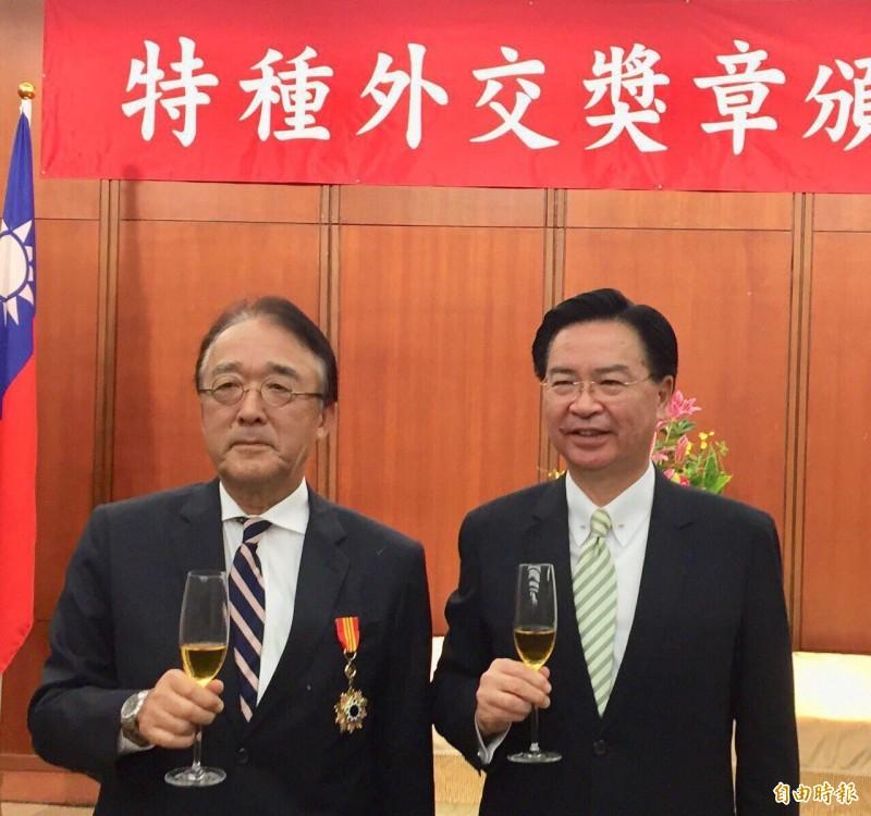 外交部長吳釗燮(右)昨晚頒贈即將離任的日本台灣交流協會代表沼田幹夫特種外交獎章(記者彭琬馨攝)