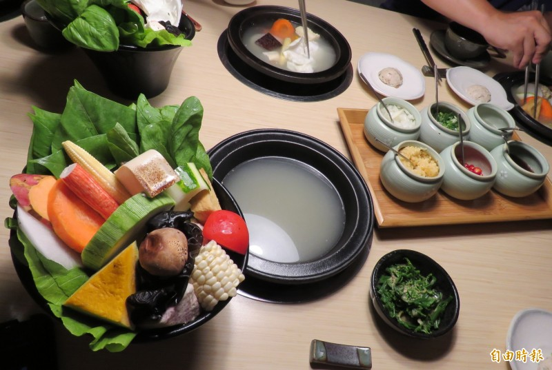 菜盤使用台灣當令蔬果,品種更由老闆精挑細選,保證鮮甜。(記者陳心瑜攝)