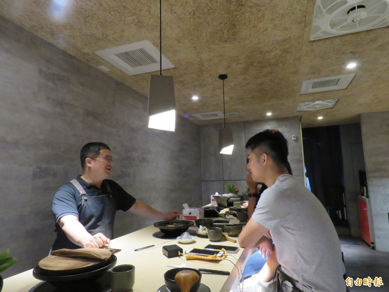 趙志旻和熟客大聊美食經。(記者陳心瑜攝)