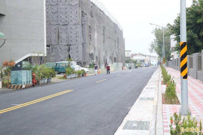 台南永康區永興街原為4米道路,經地方居民、民代積極爭取下,道路拓寬為12米,工程今也順利完工通車。(記者萬于甄攝)