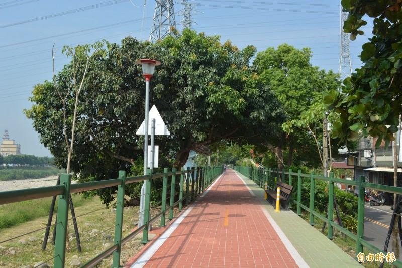大里草湖溪美群橋到大峰橋的人行、自行車共用道近日完工,沿途並設有座椅讓民眾休息。(記者陳建志攝)