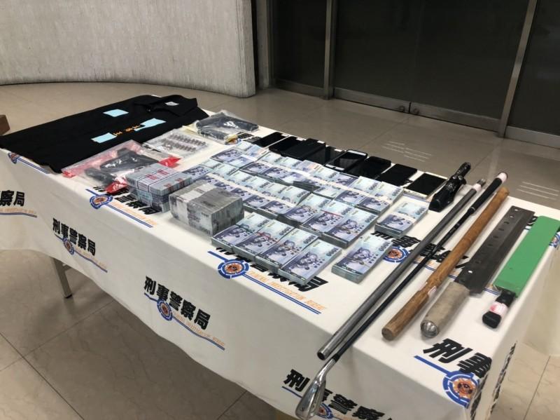 警方查獲改造手槍、道具槍、棍棒、K他命、商業本票、手機、民意代表識別背心及440萬元等贓證物。(記者邱俊福翻攝)