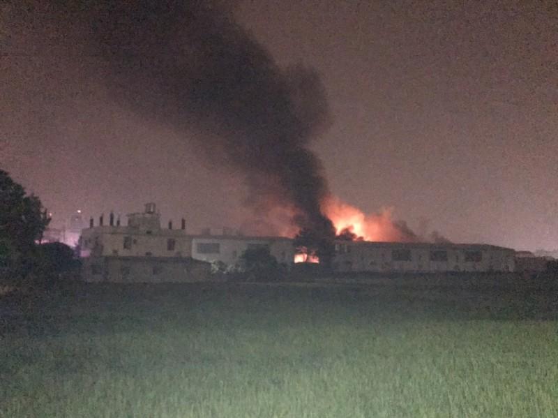 大雅一處工廠起火,現場陷入一片火海,2名消防人員失聯。(記者歐素美翻攝)