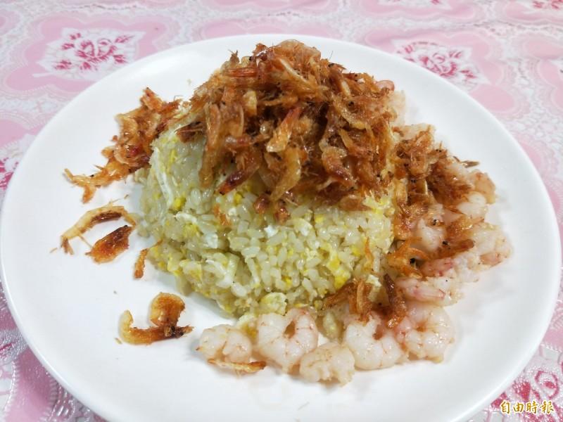 雙龍炒飯使用的主材料是新鮮的海蝦跟櫻花蝦,份量十足。(記者何玉華攝)