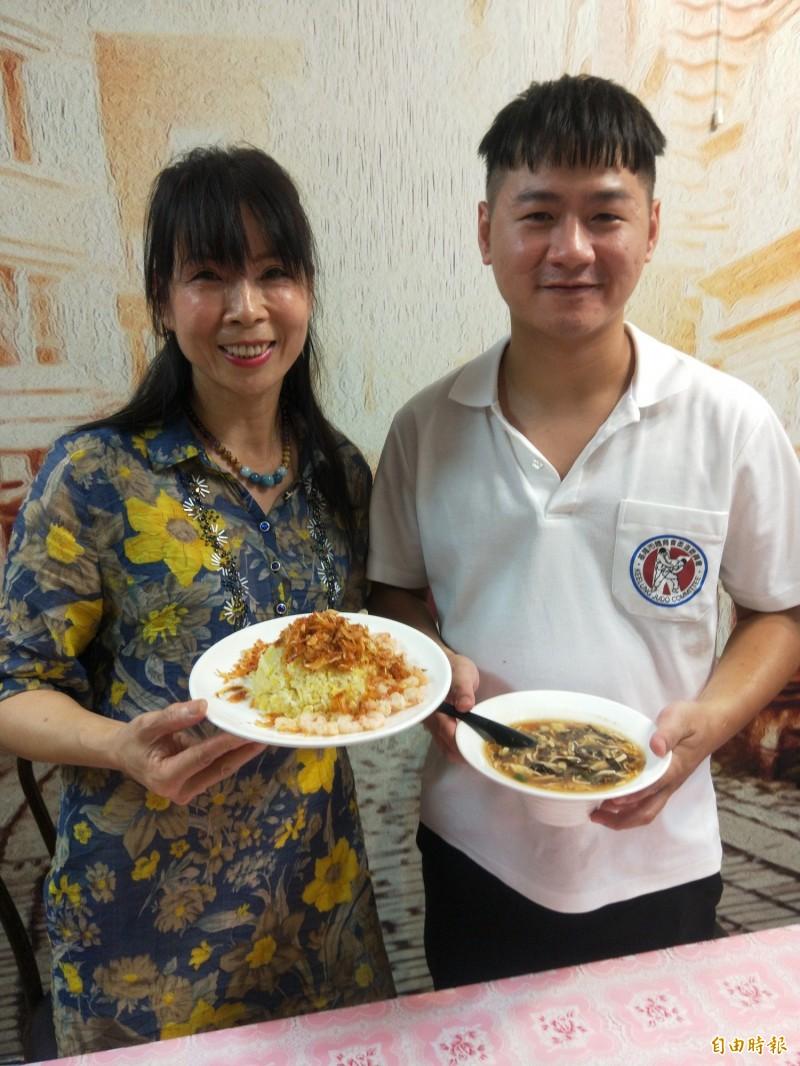 李文豪(右)負責廚房、姑姑李岱諭在前台管理,兩人合作無間。(記者何玉華攝)