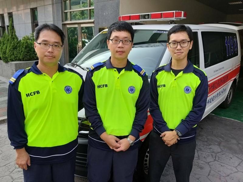 新竹縣光明消防分隊救護員黃皓賓(左)、黃志樺(中)、及志工卓業堃(右),接手繼續對患者實施CPR,所幸在經AED電擊2次後,患者恢復自主呼吸、心跳,就醫緊急手術後搶救成功。(記者廖雪茹翻攝)
