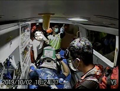 新竹縣政府消防局表示,郭姓男子突然倒地抽搐,所幸現場有球友立即實施CPR,救護員接手繼續CPR,並經AED電擊2次後,患者恢復自主呼吸、心跳,及時送醫打通血管,順利救回一命。(記者廖雪茹翻攝)