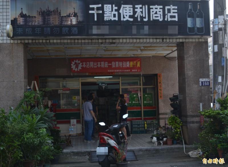 一位民眾7-8月到大里區現岱路的「千點便利商店」消費,幸運中了千萬特別獎。(記者陳建志攝)