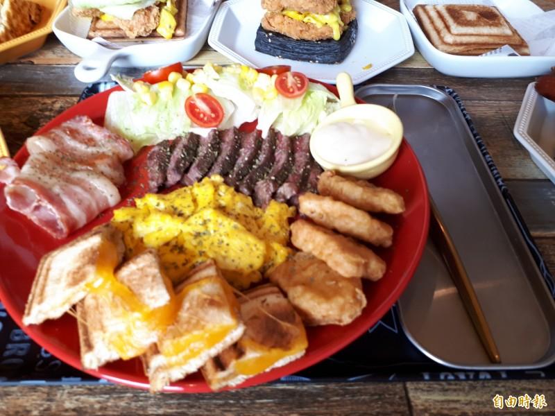 這款兇猛三角肌的蛋白質餐,是健身族的最愛,豐富又營養。(記者洪美秀攝)