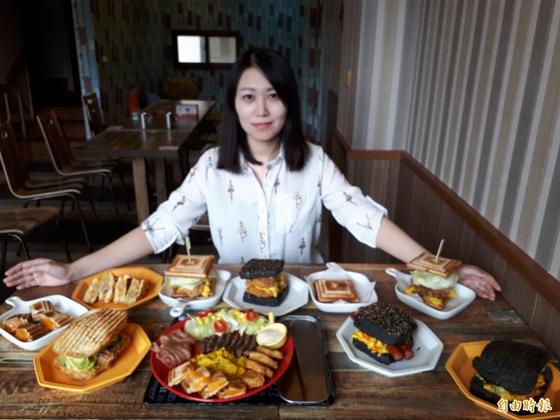 新竹市「就這,款」熱壓吐司專賣店是三姐弟共同創業,也紀念阿嬤的名字「款」為店名,成為很夯的美式輕食名店。(記者洪美秀攝)