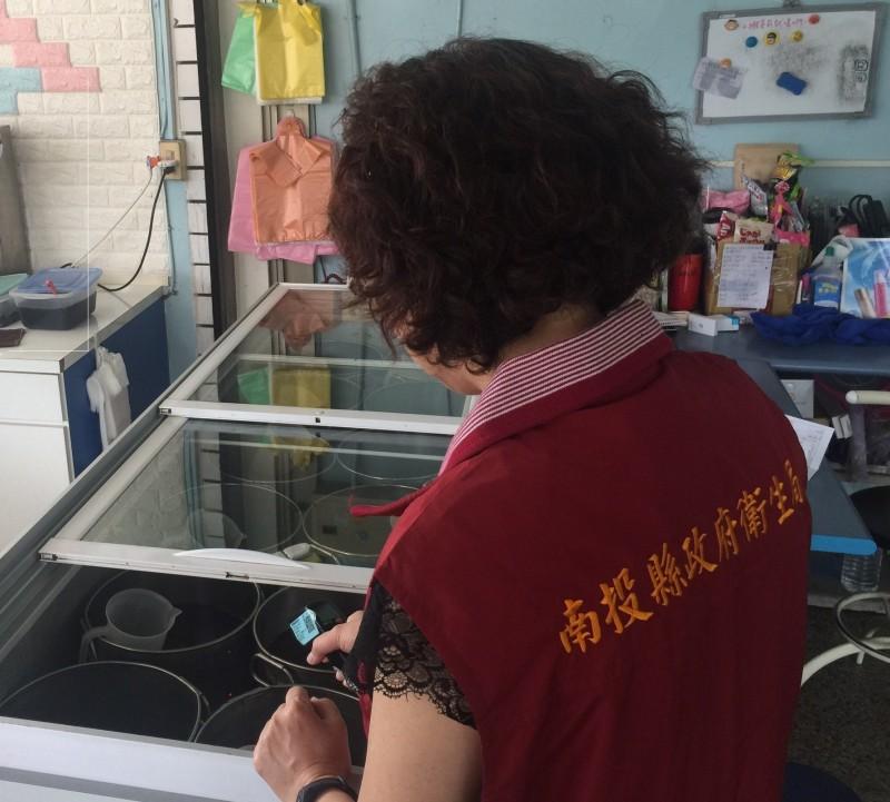 南投縣政府衛生局進行食品抽驗稽查。(南投縣政府衛生局提供)