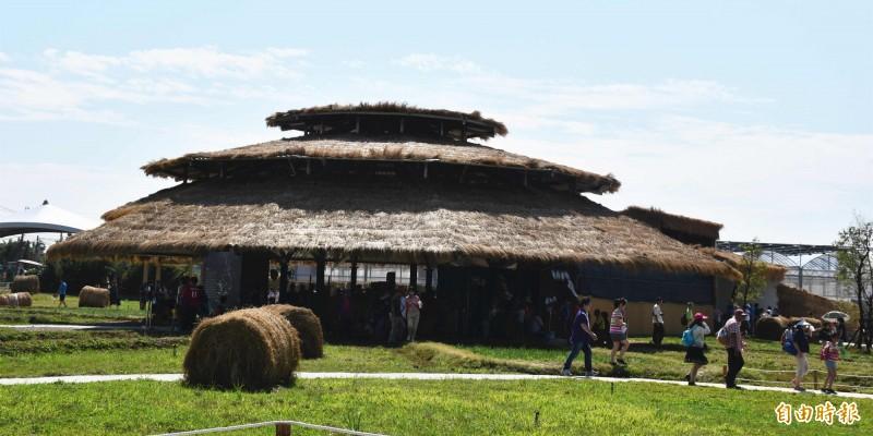 民以食為天!桃園農博主體建築外觀以稻草為主題的「米の集會所」。(記者李容萍攝)