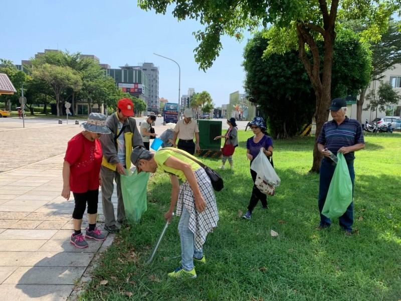 台東樂齡大學學生挽袖撿垃圾,樂做一日環保志工。(記者陳賢義翻攝)