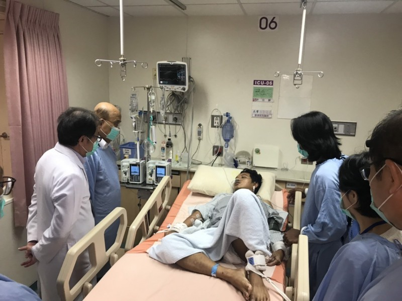 行政院長蘇貞昌(左2)今到羅東聖母醫院,探視印尼受傷漁工WINANTO。(記者江志雄翻攝)