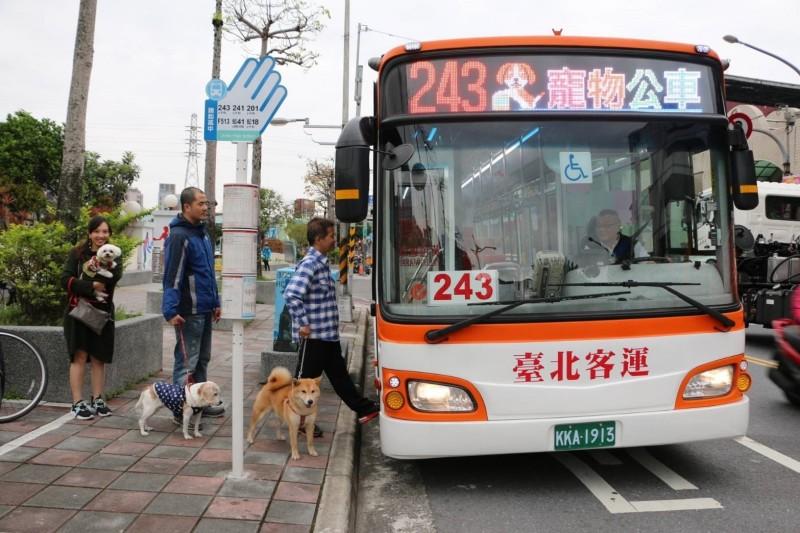 新北市推出7路線、各3班次的假日寵物公車。(新北市政府提供)