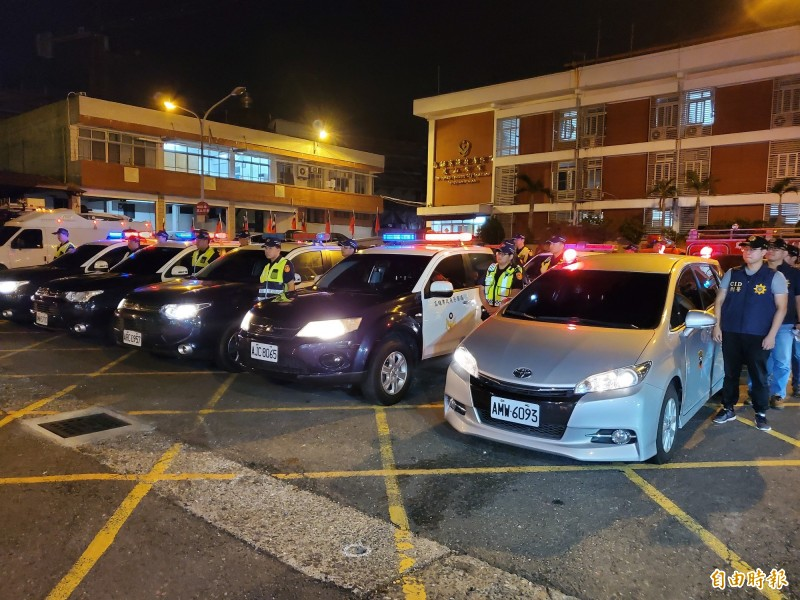 市長韓國瑜今晚親自率隊擴大臨檢,警方動員160名警力參與。(記者陳文嬋攝)