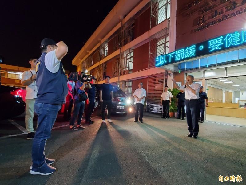 市長韓國瑜(右)今晚親自領軍擴大臨檢,展現維持治安的決心,市警局動員鳳山等7個分局及刑警大隊、交通大隊、保安大隊共160名警力參與。(記者陳文嬋攝)