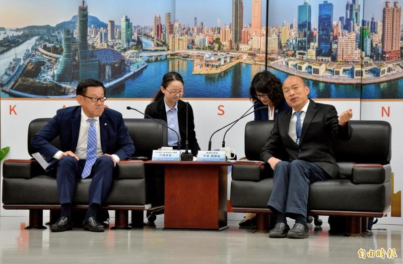 高雄市長韓國瑜與日商大和房屋集團總公司執行董事片岡幸和(左)在市府會面。(記者許麗娟攝)