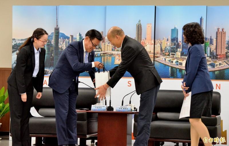 大和房屋集團總公司執行董事片岡幸和(左2)送日本酒給市長韓國瑜。(記者許麗娟攝)