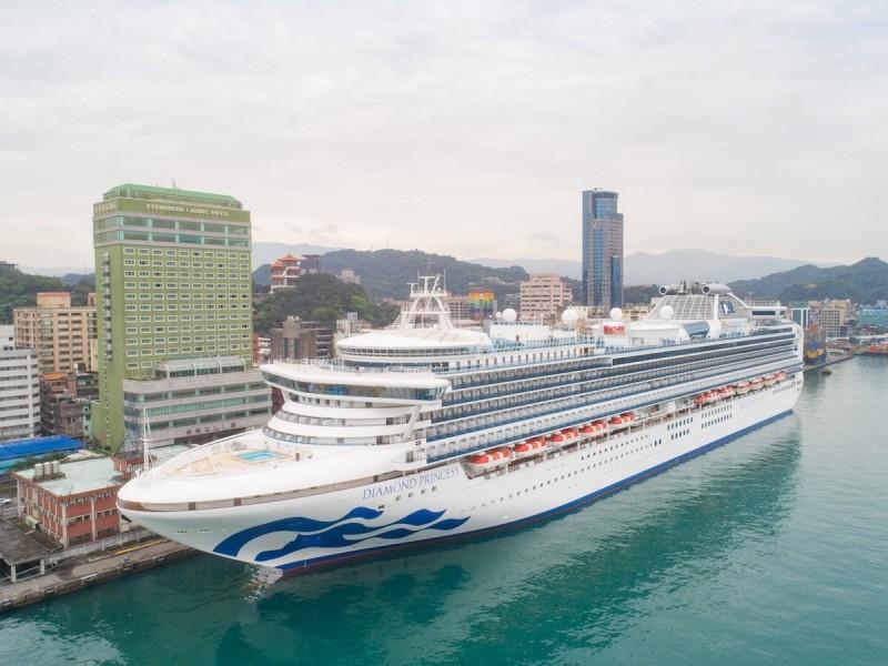 公主遊輪旗下11.5萬噸鑽石公主號將在11日接連抵達基隆港,圖為2018年底鑽石公主號首航基隆港。(公主郵輪提供)
