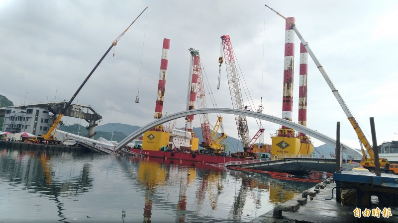 南方澳斷橋拆除工作,預計今晚8點吊離鋼構橋拱。(記者江志雄攝)