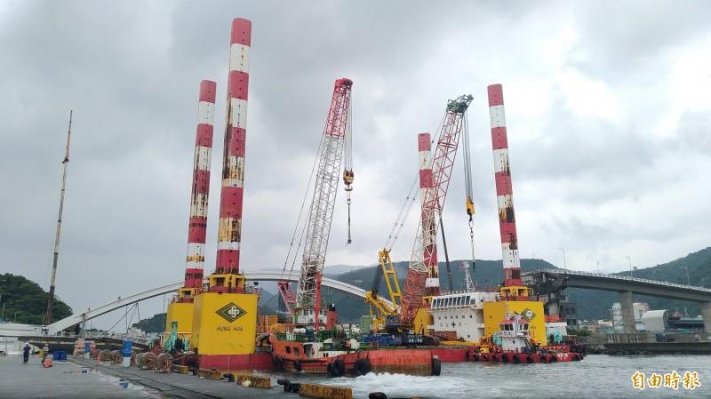 全國最大的海上升降平台船「宏禹一號」,駛抵斷橋現場作業。(記者江志雄攝)