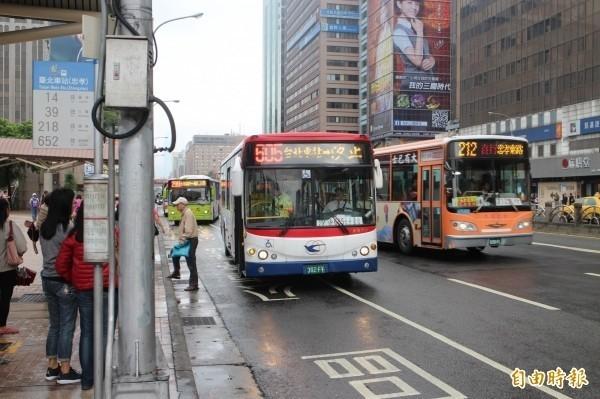 配合國慶活動交通管制措施,明日預估有65條公車路線受影響。(資料照)