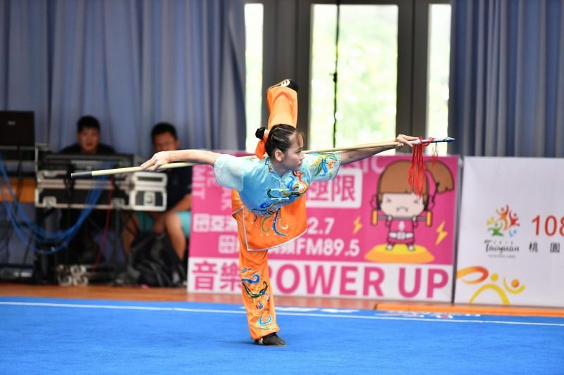 李汶容贏得女子組套路劍術槍術全能項目銀牌。(桃園市政府提供)