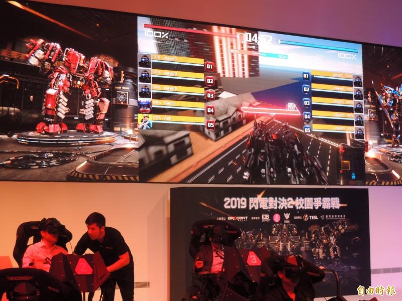 高雄市長韓國瑜(左下)率隊挑戰最新電競遊戲。(記者王榮祥攝)
