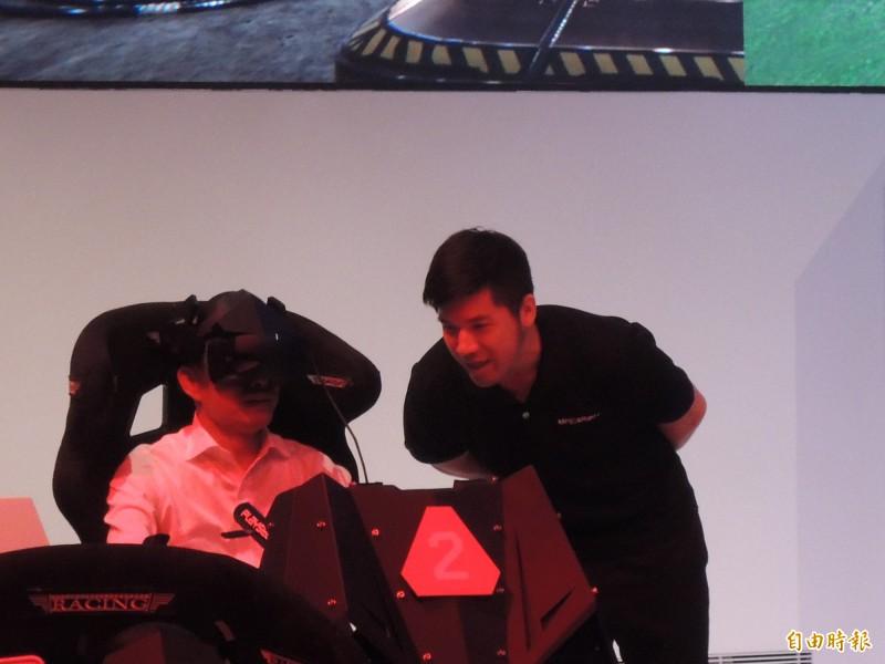 韓國瑜戴上電子頭盔,體驗最新電競器具。(記者王榮祥攝)