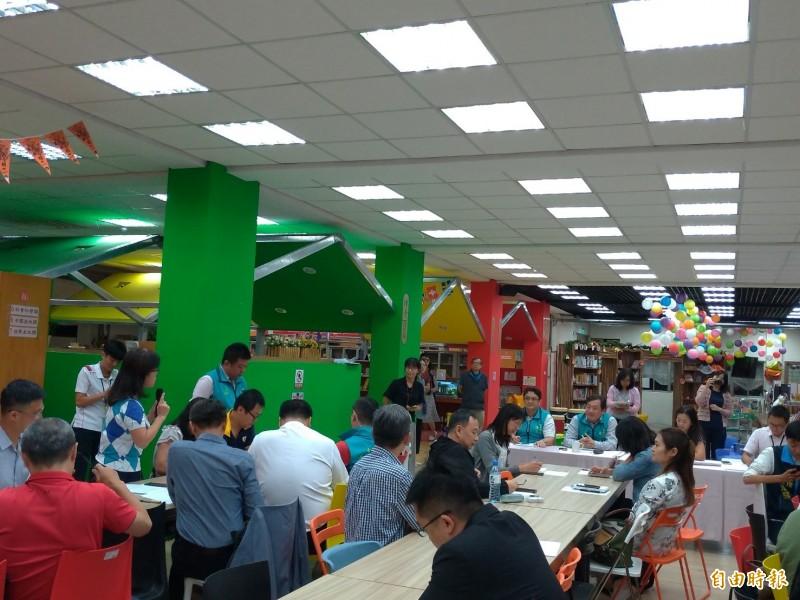 智慧販賣機進入校園政策惹議,台北市教育局在敦化國小舉辦家長說明會,家長砲聲隆隆。(記者蔡亞樺攝)