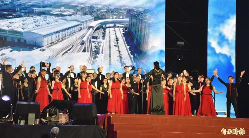僑胞合唱團的演出。(記者李容萍攝)