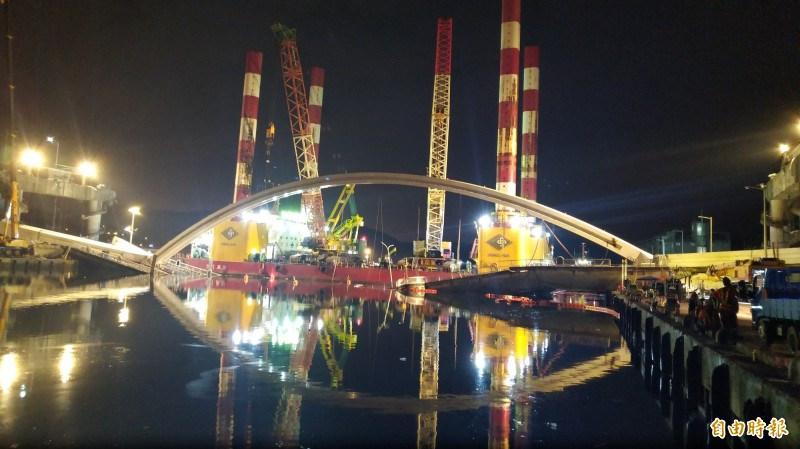 南方澳斷橋橋拱拆除工作挑燈夜戰,力拚10日上午8點前完成。(記者江志雄攝)