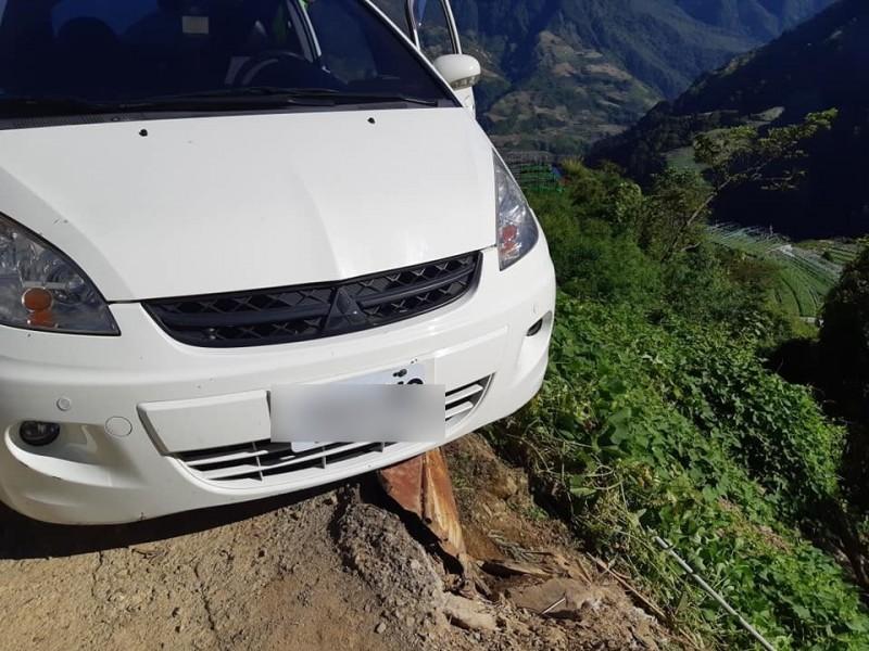 劉男的車子左前方已開到道路外,下方就是陡峭的山谷。(記者佟振國翻攝)