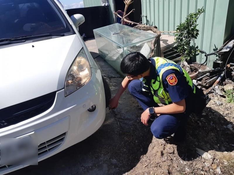 員警檢視劉男車輛狀況,所幸仍能行駛,但仍須進一步檢修確保安全。(記者佟振國翻攝)