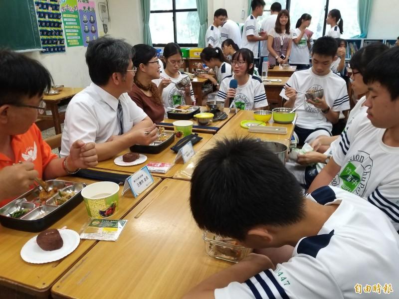 國立竹北高中的餐廳廚房改善後重新啟用,讓學生吃到熱騰騰的健康午餐,供應早餐和下午茶點,還為舞蹈班的特殊需求設計菜色,校長陳瑞榮(左二)每天進班級與學生共進午餐,閒話家常。(記者廖雪茹攝)