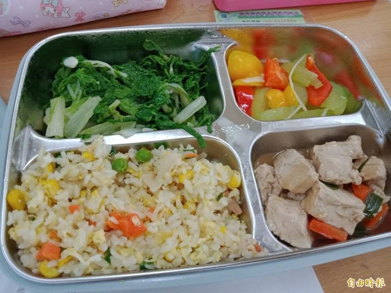國立竹北高中的新廚房重新啟用,除供應早餐、午餐和下午茶點,還為舞蹈班的特殊需求設計菜色。(竹北高中提供)
