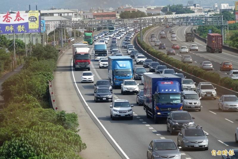國慶連假第一天,中山高速公路彰化路段雙向車多,南下更是變成停車場。(記者劉曉欣攝)