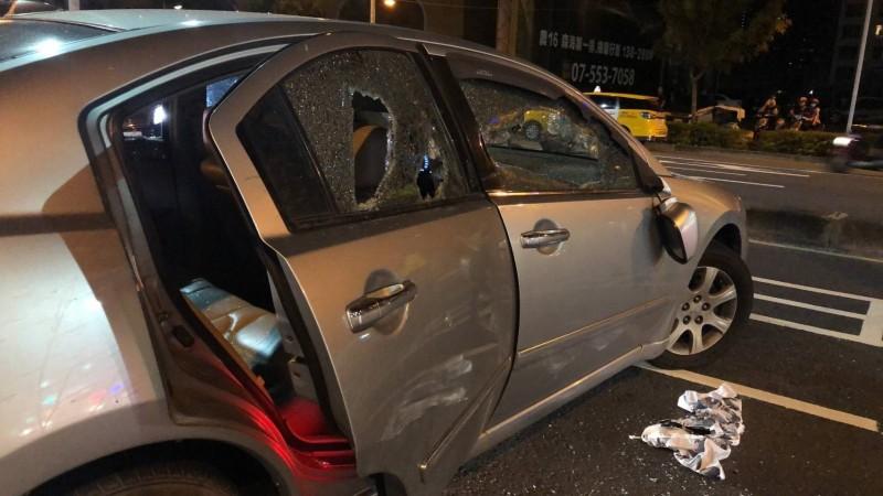 小自客車車窗遭砸毀。(記者洪臣宏翻攝)