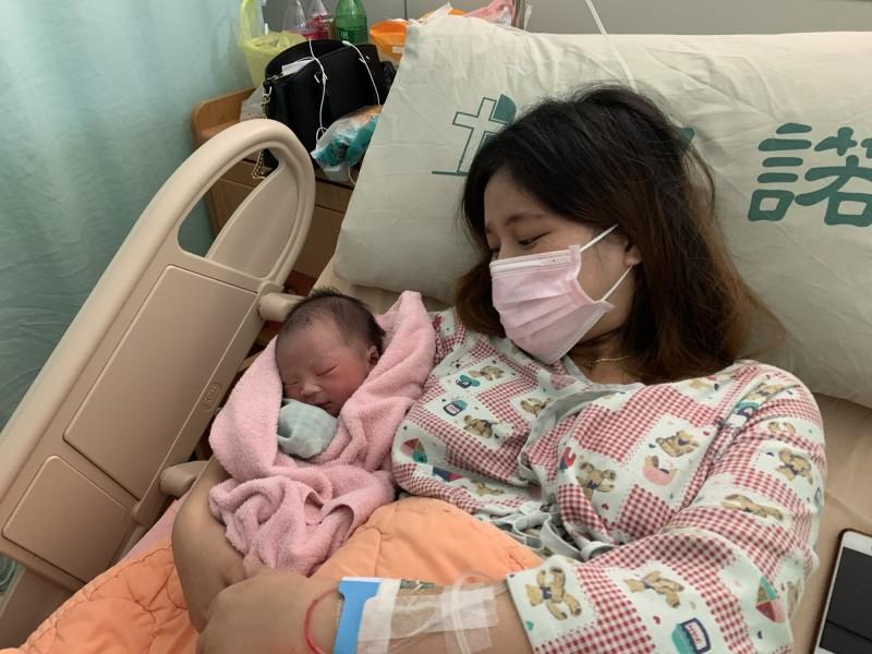 國慶寶寶誕生!花蓮門諾醫院這名可愛寶寶,選擇父母親定情的日子呱呱墜地,這一天同時也是中華民國的誕生日,26歲柳姓產婦抱著孩子表情超滿足。(門諾醫院提供)