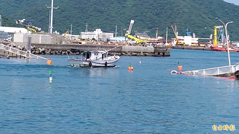 斷橋橋拱被吊離現場後,清出航道供漁船通行。(記者江志雄攝)