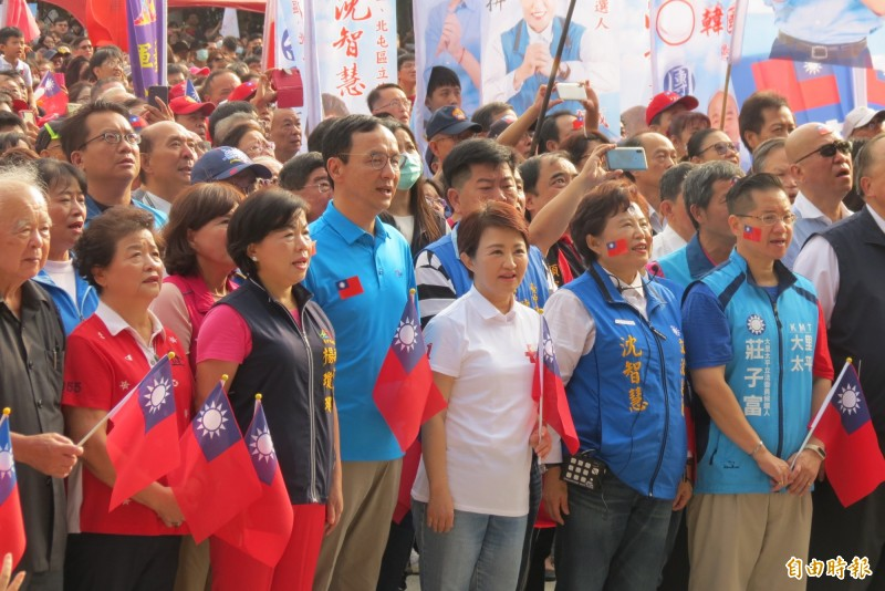 市長盧秀燕、前新北市長新朱立倫與現場一萬兩千名民眾一起唱國歌升國旗。(記者蘇金鳳攝)