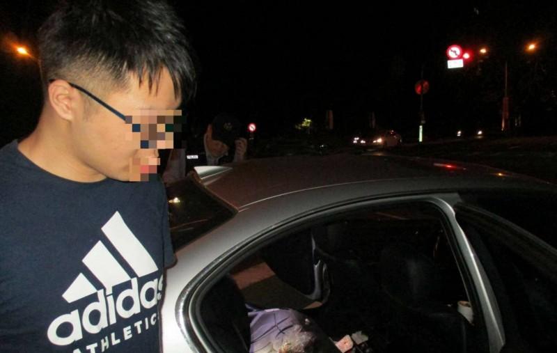 警方攔查自小客,開車的詹男承認販毒。(記者許國楨翻攝)