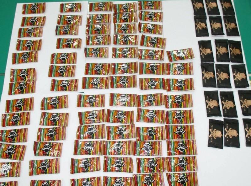 警方共查扣98包摻有K他命的毒果汁包。(記者許國楨翻攝)