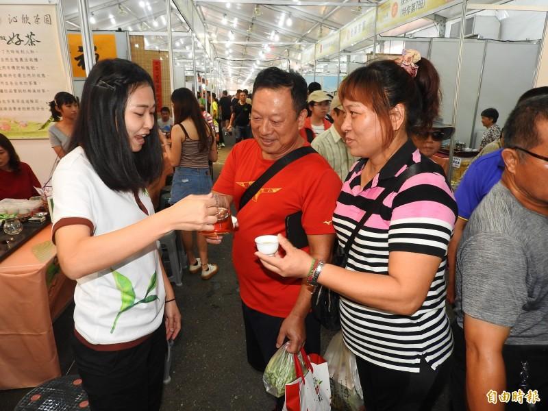 現場茶農賣力促銷。(記者佟振國攝)